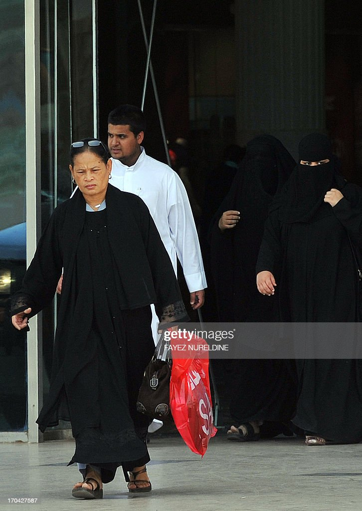 A Filipina maid carries her shopping bags as she walks out of a mall in Riyadh, on June 12, 2013. A three-month reprieve ended for Fhilipino death row convict Joselito Zapanta, who risks execution in Saudi Arabia for having failed to raise nearly $1 million in 'blood money' to pay the kin of his murdered landlord. AFP PHOTO/FAYEZ NURELDINE