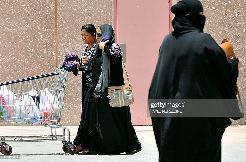 A Filipina maid talks pushes a shopping trolley outside a mall in Riyadh, on June 12, 2013. A three-month reprieve ended for Fhilipino death row convict Joselito Zapanta, who risks execution in Saudi Arabia for having failed to raise nearly $1 million in 'blood money' to pay the kin of his murdered landlord. AFP PHOTO/FAYEZ NURELDINE