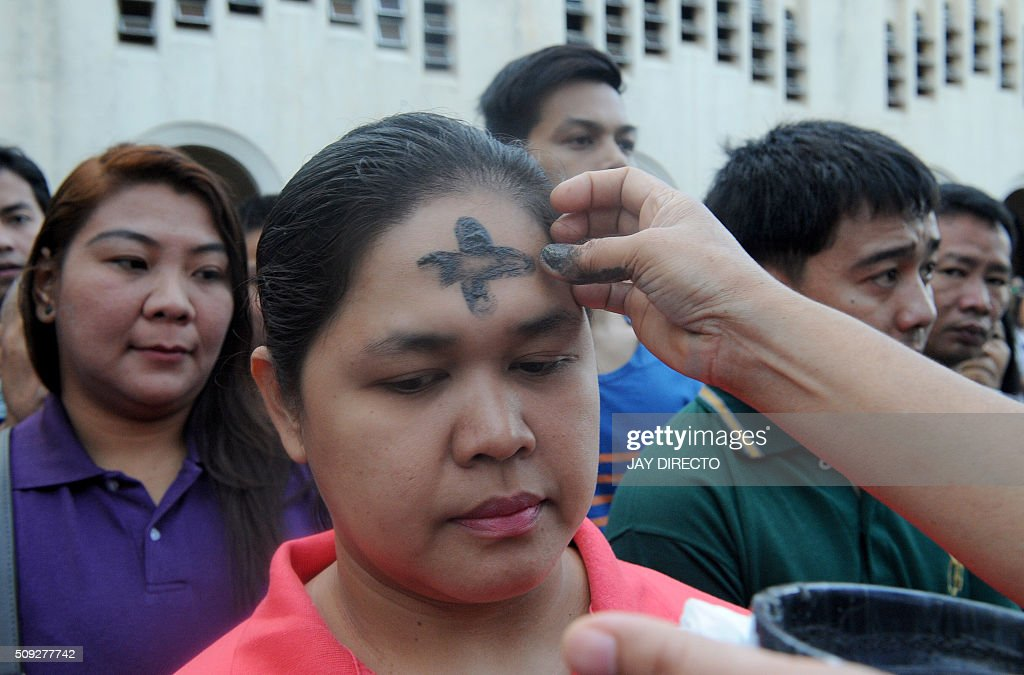 Filipino Catholics queue up to have crosses etched to their foreheads with ash as the country marks Ash Wednesday, the official beginning of the Christian Lenten season in Manila on February 10, 2016. The Philippines is Asia's bastion of Catholicism, with over 80 percent of the more than 100 million population belonging to the faith. AFP PHOTO / Jay DIRECTO / AFP / JAY DIRECTO