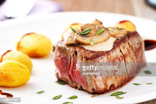 Fillet of beef with mushroom sauce and potatoes : Stockfoto