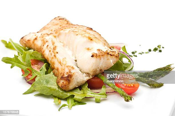 Filet de poisson avec de la salade verte