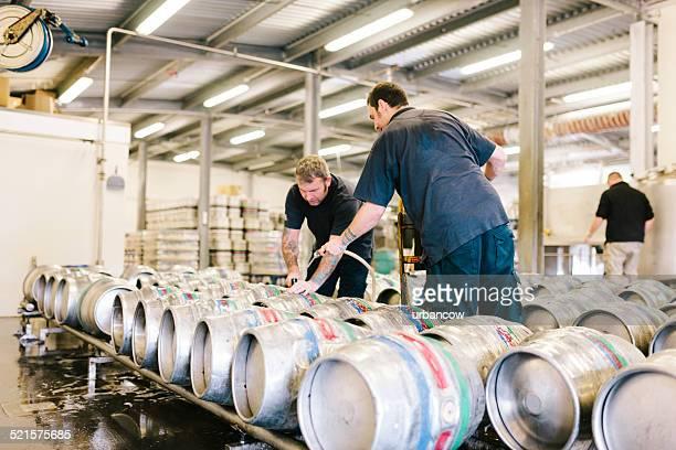Rembourrage kegs de bière avec de la vraie bière dans un entrepôt de la brasserie
