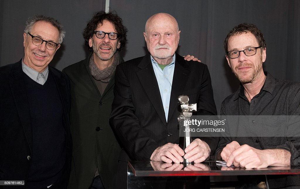 US film producer Ben Barenholtz (2ndR) poses with his Berlinale Camera award flanked by Berlinale film festival director Dieter Kosslick (L), US film directors Joel Cohen (2ndL) and Ethan Coen (R) on February 12, 2016 in Berlin as tribute for his collaboration with Berlin Film Festival. / AFP / dpa / Jörg Carstensen / Germany OUT