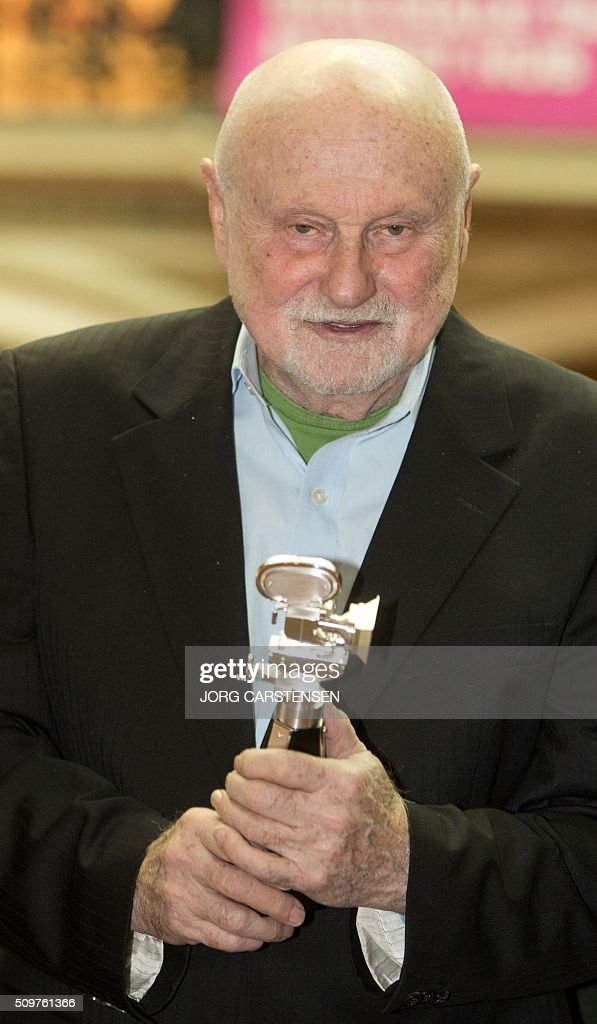 US film producer Ben Barenholtz poses with the Berlinale Camera award on February 12, 2016 in Berlin as tribute for his collaboration with Berlin Film Festival. / AFP / dpa / Jörg Carstensen / Germany OUT
