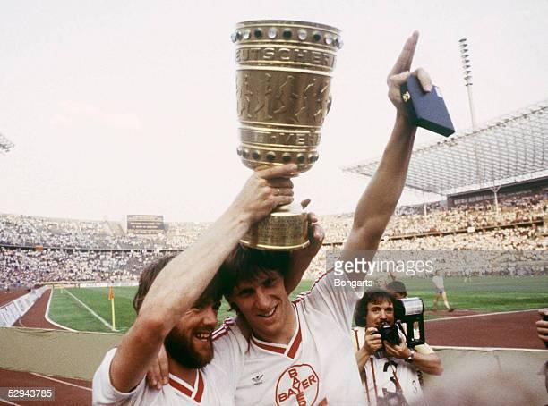 POKAL 84/85 Finale Berlin BAYER UERDINGEN FC BAYERN MUENCHEN 21 Friedhelm FUNKEL Wolfgang FUNKEL/UERDINGEN mit Pokal