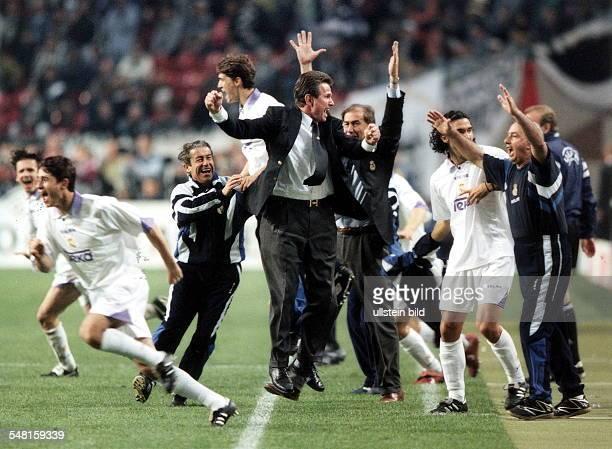 Finale der Champions League in Amsterdam Real Madrid Juventus Turin 10 Jubel der Auswechselspieler und Betreuer sowie Trainer Jupp Heynckes an der...