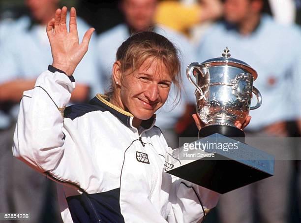 Finale Frauen Paris SIEGEREHRUNG Steffi Graf/GER mit Pokal sie gewinnt gegen Martina HINGIS/SUI