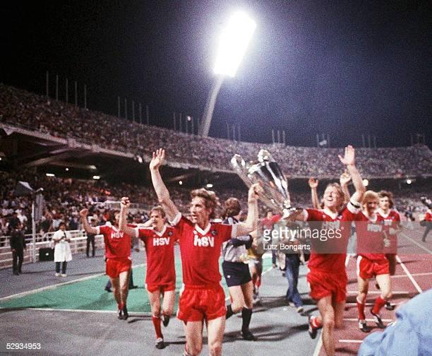 LANDESMEISTER 1983 Finale in Athen HAMBURGER SV JUVENTUS TURIN 10 JUBEL Dietmar JACOBS und Horst HRUBESCH mit POKAL/HSV