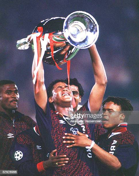 LEAGUE 94/95 Finale in Wien FINALE AXJAX AMSTERDAM AC MAILAND 10 CHAMPIONS LEAGUE SIEGER 1995 AJAX AMSTERDAM TORSCHUETZE Patrick KLUIVERT mit dem...