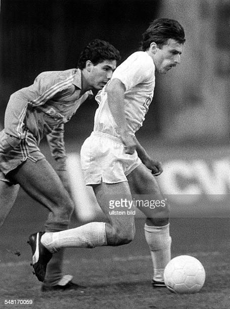 2 Finale um den UefaPokal in Berlin 1FC Köln Real Madrid 20 Spielszene Klaus Allofs führt den Ball hinter ihm Solana