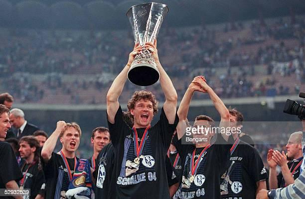 Finale/INTER MAILAND SCHALKE 04 Torwart Jens LEHMANN haelt den Pokal/Schalke UEFA CUP SIEGER