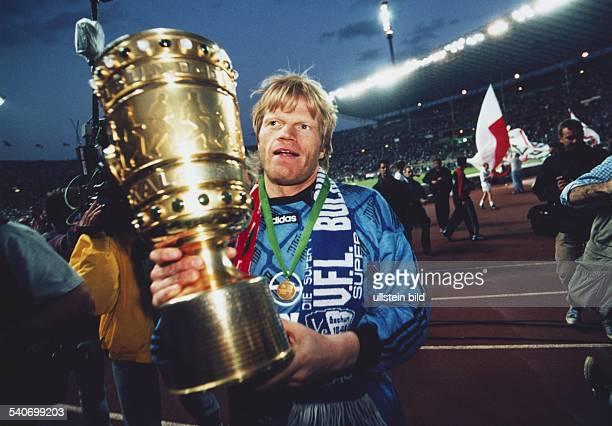 Finalspiel um den DFBPokal am in Berlin Bayern München gegen den MSV Duisburg Das Foto zeigt Fußballtorwart Oliver Kahn mit DFBPokal