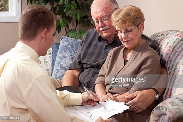 Conseiller financier et les retraités examinant investissement