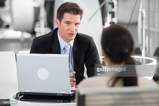 Financial Advisor Gespräch mit seinen Kunden