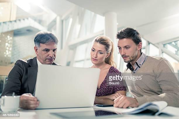 Financial advisor mit laptop auf einer Besprechung mit ein paar.