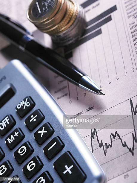 Münzen und finanzielle Diagramm mit Taschenrechner