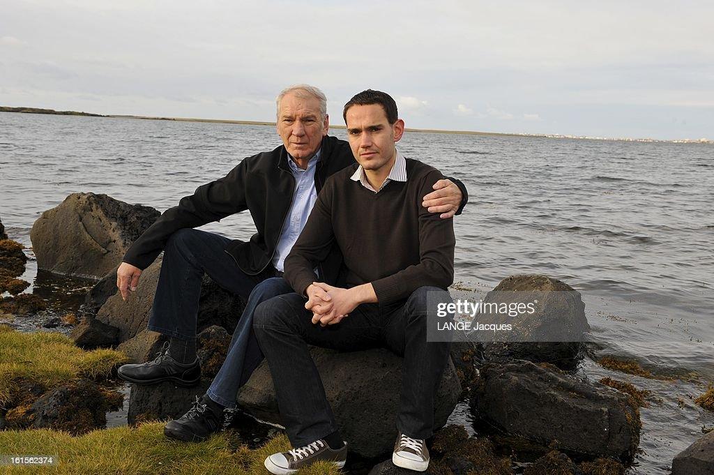 Financial Crisis In Iceland GunnarFreyr GUNNARSSON et son père Gunnar deux générations d'Islandais sur le rivage de REYKJAVIK Le père a vécu...