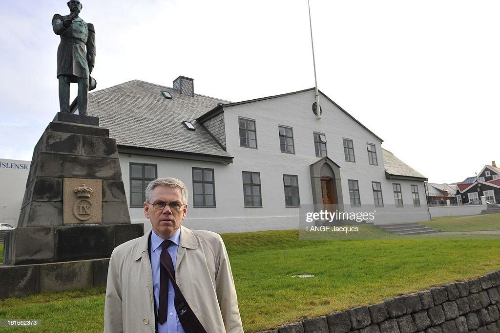 Financial Crisis In Iceland Vilhjalmur BJARNASON professeur d'économie posant devant la maison du Premier ministre et la statue du roi Charles IX à...
