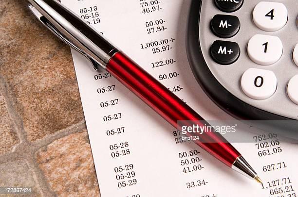 Des données financières, calculatrice et stylo