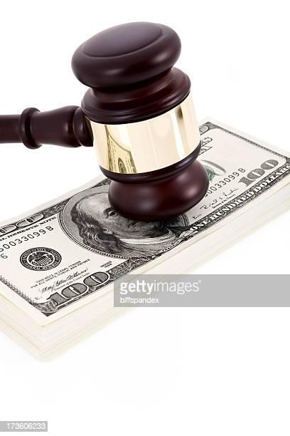 Finanzielle Urteil mit einem Richterhammer und Geld