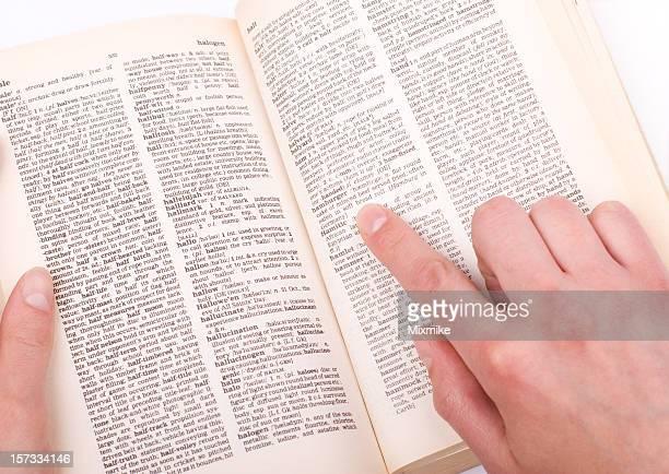 Student's hand zeigt ein Wort