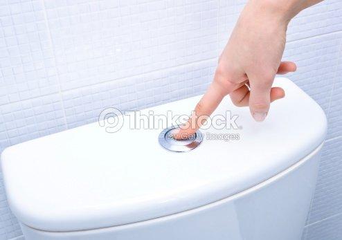 doigt en poussant le bouton et tirer la chasse deau photo thinkstock. Black Bedroom Furniture Sets. Home Design Ideas