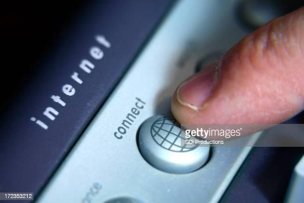 指インターネット接続のボタンを押す