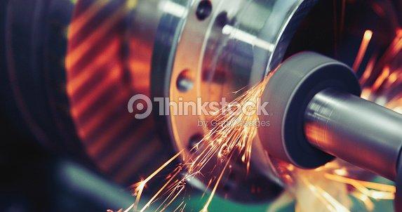 Metal acabado trabajando en alta precisión rectificadora en taller : Foto de stock
