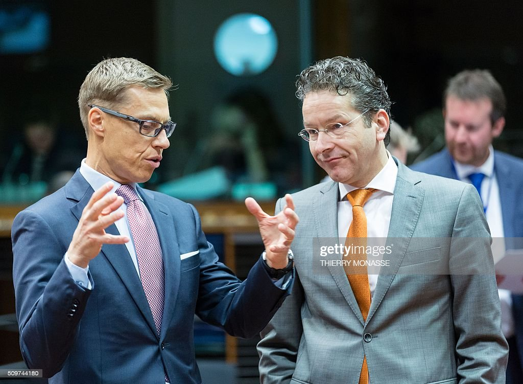 Finland's Finance Minister Alexander Stubb (L) talks with Eurogroup chief Jeroen Dijsselbloem prior to the start of the European Union Eco-Finance Council meeting at the EU Council building in Brussels on February 12, 2016. AFP PHOTO / THIERRY MONASSE / AFP / THIERRY MONASSE