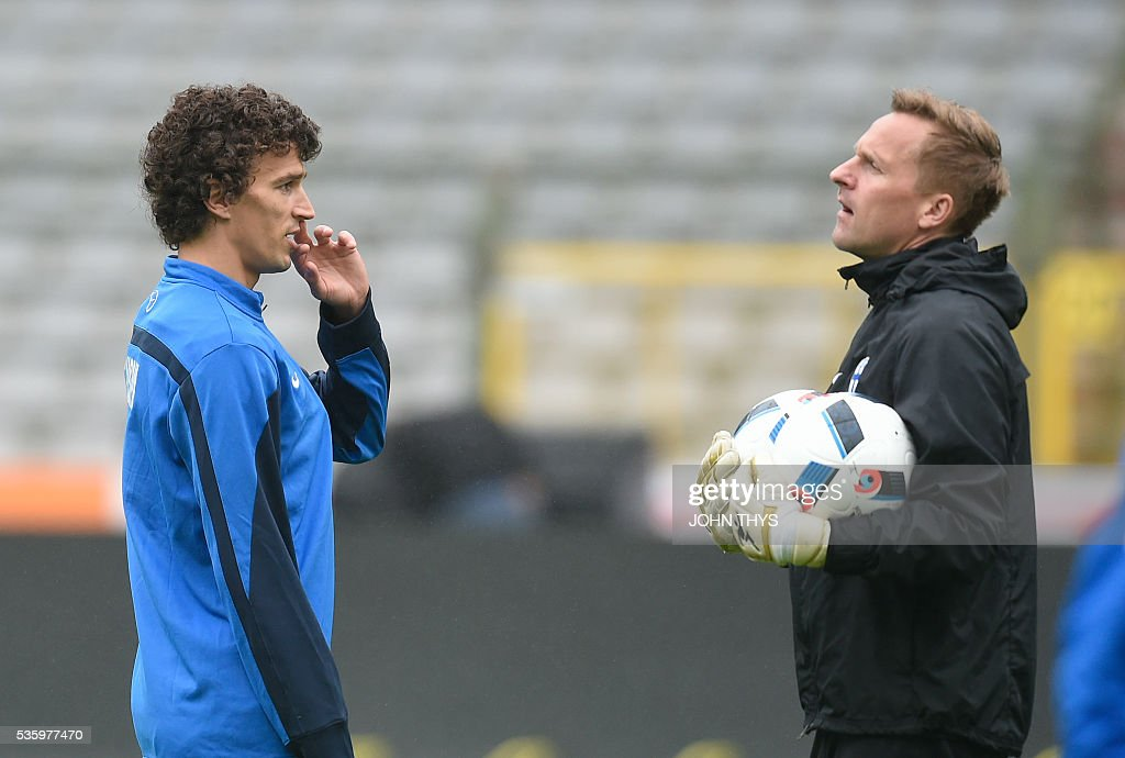 Finland's midfielder Roman Eremenko (L) and goalkeepers' coach Antti Niemi attend a training session of the Finnish national soccer team ahead on the eve of the friendly football match Finland vs Belgium, on May 31, 2016 in Brussels. The Belgian team is preparing for the upcoming Euro 2016 UEFA European Football Championships in France. / AFP / Belga / JOHN THYS / Belgium OUT