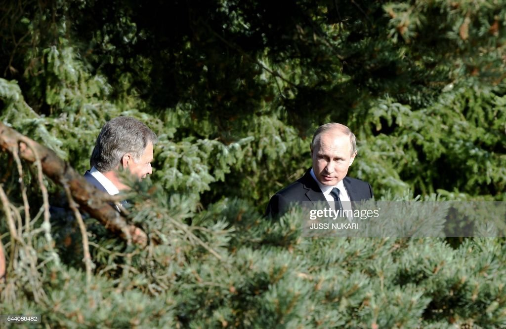 Finland's President Sauli Niinistö (L) and Russia's President Vladimir Putin arrive for their joint press conference at Kultaranta summer residence in Naantali, Finland, on July 1, 2016. President Putin is in Finland on a working visit to discuss both bilateral issues and topical international issues. / AFP / Lehtikuva / Jussi Nukari / Finland OUT