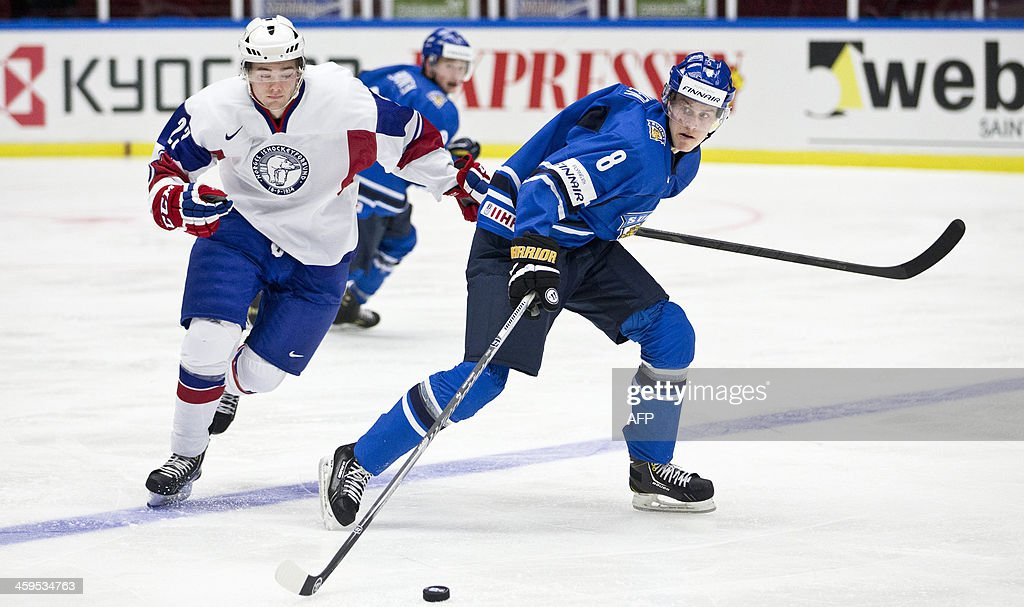 Finland's Saku Maenalanen (R) and Norway's Christer Simonsen (L) vie for the puck during the Group B preliminary round match Finland vs Norway at the IIHF World Junior Ice Hockey Championships in Malmoe, Sweden on December 27, 2013. AFP PHOTO / TT NEWS AGENCY / ANDREAS HILLERGREN +++ SWEDEN OUT