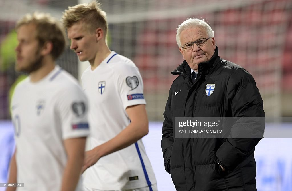 Finland's Swedish head coach Hans Backe (R) looks on during the 2018 World Cup qualifier football match of Finland vs Croatia in Tampere, Finland, on October 9, 2016. / AFP / LEHTIKUVA / Antti Aimo-Koivisto / Finland OUT