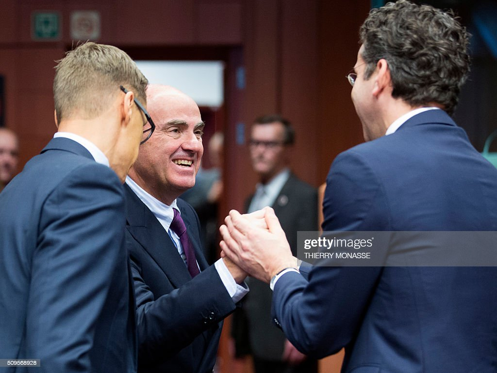 Finnish Finance Minister Alexander Stubb (L) talks with Spanish Minister of Economy and Competitiveness Luis De Guindos Jurado (C) and Eurogroup President and Dutch Finance Minister Jeroen Dijsselbloem (R) prior to a meeting of Eurogroup ministers at the European Council headquarters in Brussels on February 11, 2016. / AFP / THIERRY MONASSE