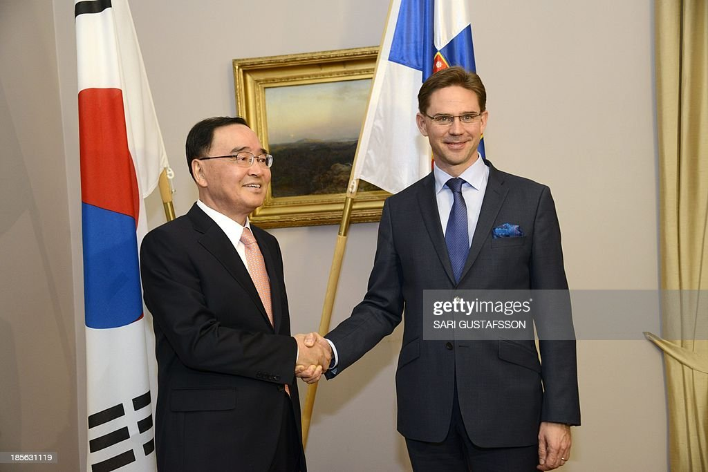 Finnish Prime Minister Jyrki Katainen (R) shakes hands with his South Korean counterpart Chung Hong-won in Helsinki, Finland on October 23, 2013.