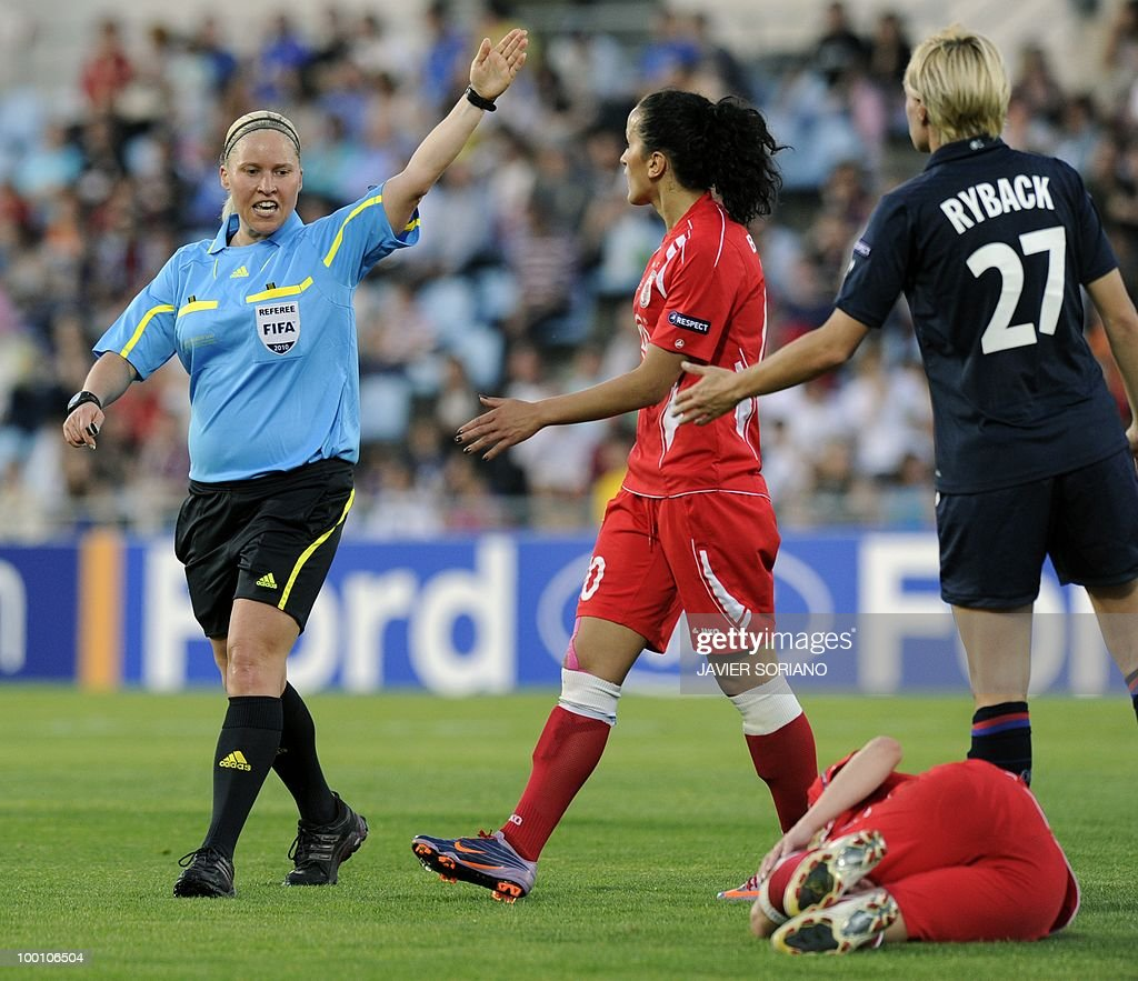 Finnish referee Kirsi Heikkinen (L) gestures in front of FFC Turbine Potsdam's midfielder Fatmire Bajramaj (C) and Olympique Lyonnais' Swedish defender Amelie Rybeck (R) during their UEFA women's Champions League final football match beetwen Olympique Lyonnais and FFC Turbine Potsdam at the Coliseum Alfonso Perez stadium in Getafe on May 20, 2010. near Madrid.