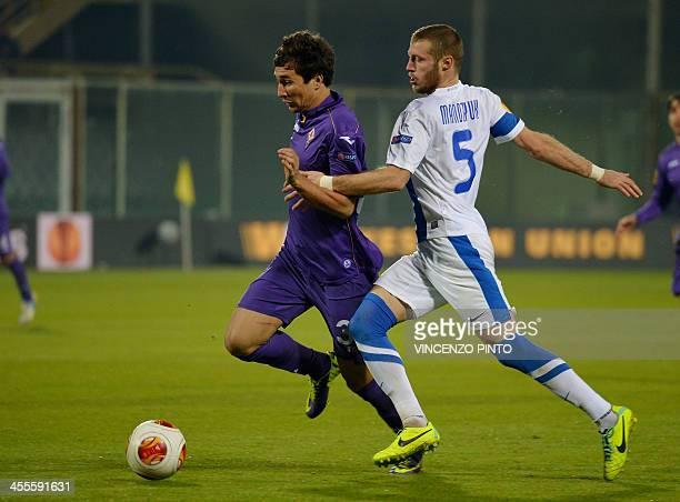 Fiorentina Brazilian midfielder Santos Pinto Ryder Matos vies FC Dinipro defender Vitaliy Mandzyuk during the Europa League football match Fiorentina...
