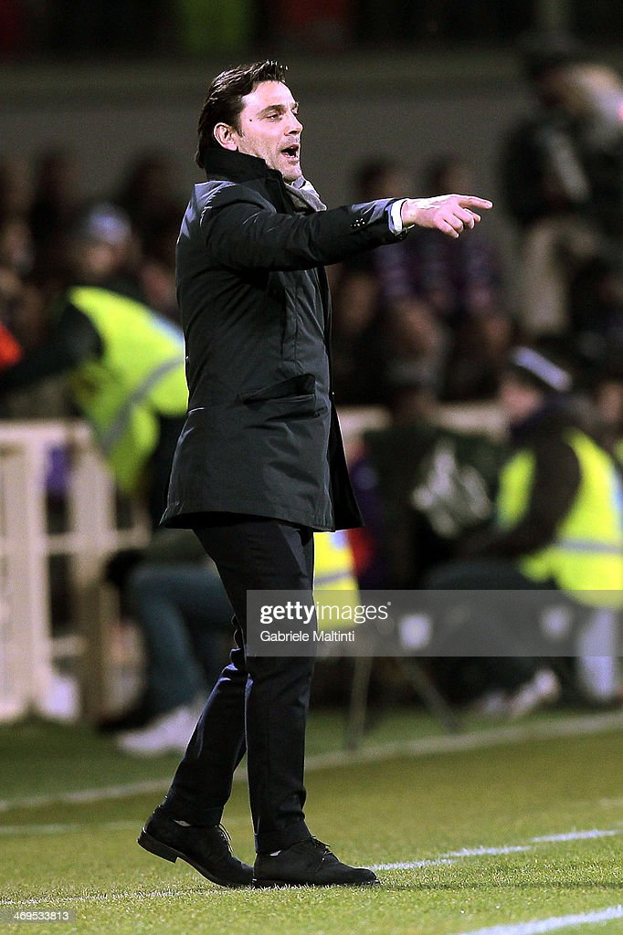 Fiorentina head coach Vincenzo Montella shouts instructions to his players during the Serie A match between ACF Fiorentina and FC Internazionale Milano at Stadio Artemio Franchi on February 15, 2014 in Florence, Italy.