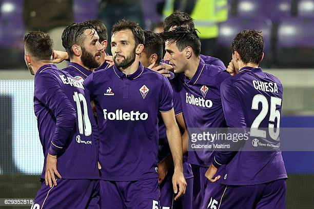 Fiorentina players celebrate a goal scored by Nikola Kalinic during the Serie A match between ACF Fiorentina and US Sassuolo at Stadio Artemio...