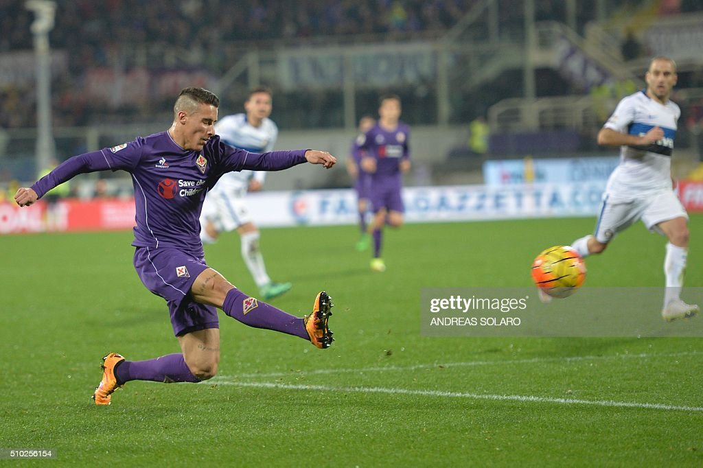 Fiorentina's forward from Spain Cristian Tello kicks the ball during the Italian Serie A football match Fiorentina vs Inter Milan, on February 14, 2016 at Florence's 'Artemio Franchi' comunal stadium. / AFP / ANDREAS SOLARO