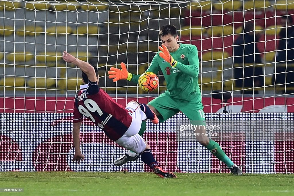 Fiorentina's goalkeeper from Romania Ciprian Anton Tatarusanu saves a ball kicked by Bologna's forward from Italy Sergio Floccari during the Italian Serie A football match Bologna vs Fiorentina at 'Renato Dall'Ara' Stadium in Bologna on Febrauary 6, 2016. / AFP / GIUSEPPE CACACE