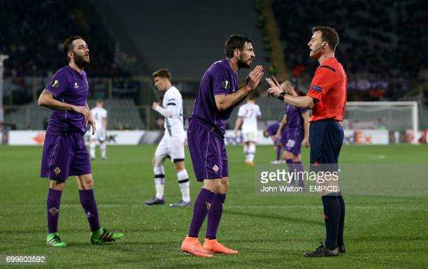 Fiorentina's Gonzalo Rodriguez and Nenad Tomovic argue with Referee Felix Zwayer after the award of a penalty