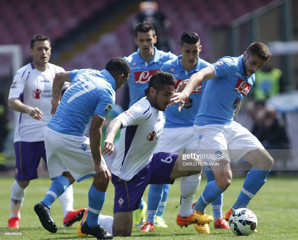Fiorentina's midfielder from Peru Juan Manuel Vargas (C) fights for the ball with Napoli's midfielder from Spain David Lopez (R) and Napoli's midfielder from Uruguay Walter Gargano during the Italian Serie A football match SSC Napoli vs Fiorentina ACF on April 12, 2015 at the San Paolo stadium in Naples.