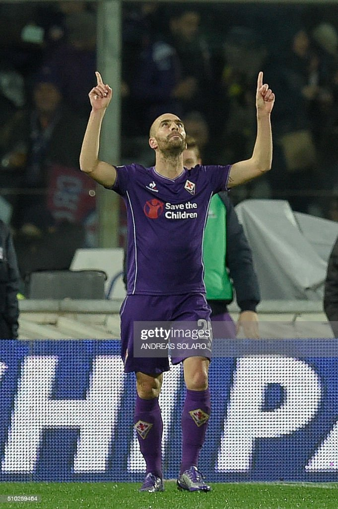Fiorentina's midfielder from Spain Borja Valero (C) celebrates after scoring a goal during the Italian Serie A football match Fiorentina vs Inter Milan, on February 14, 2016 at Florence's 'Artemio Franchi' comunal stadium. / AFP / ANDREAS SOLARO