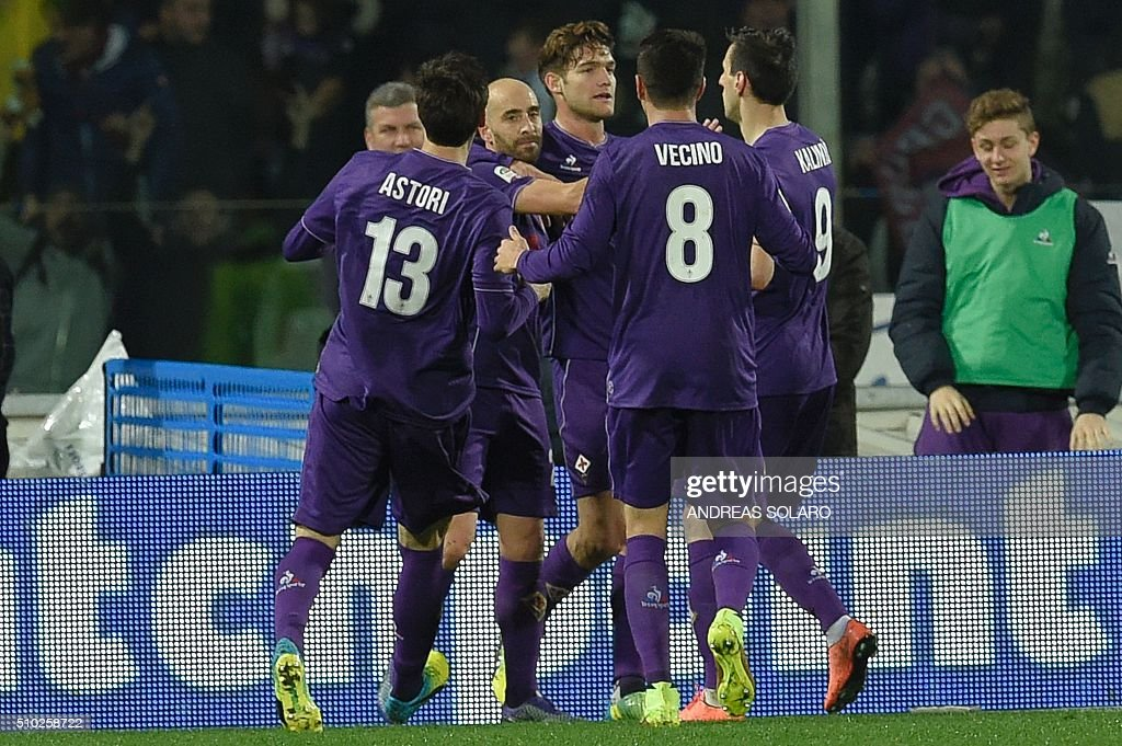 Fiorentina's midfielder from Spain Borja Valero (C) celebrates with teammates after scoring a goal during the Italian Serie A football match Fiorentina vs Inter Milan, on February 14, 2016 at Florence's 'Artemio Franchi' comunal stadium. / AFP / ANDREAS SOLARO