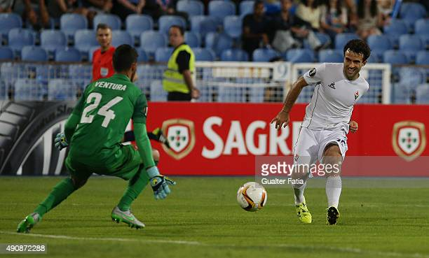 Fiorentina's midfielder Giuseppe Rossi with Os Belenenses' goalkeeper Ventura in action during the UEFA Europa League match between Os Belenenses and...