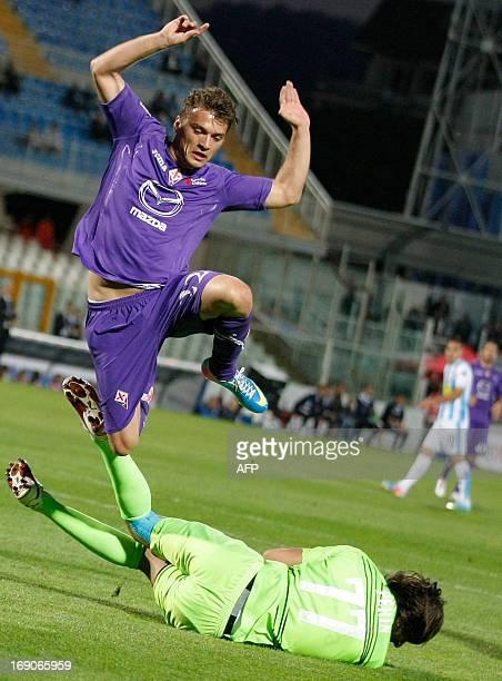 Fiorentina's Serbian forward Adem Ljalic vies for the ball with Pescara's Italian goalkeeper Mattia Perin during the Italian Serie A football match...