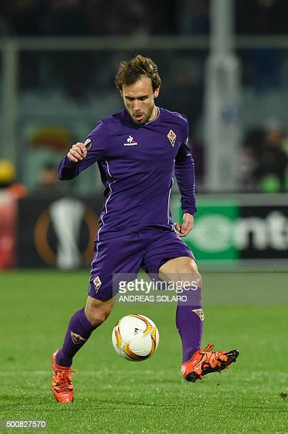 Fiorentina's Spanish midfielder Joan Verdu controls the ball during the UEFA Europa League football match Fiorentina vs Os Belenenses on December 10...