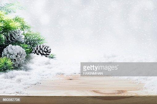 モミの木、松の枝、木製のテーブル上の雪。 : ストックフォト