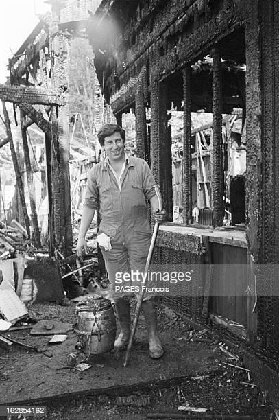 Fire At Bagatelle Polo Le 20 juillet 1983 à Paris dans le bois de Boulogne un incendie à détruit les locaux du club de Polo de Bagatelle Ici un homme...